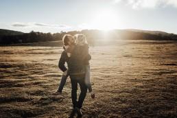 sesión de fotos en pareja al atardecer entre caballos y naturaleza